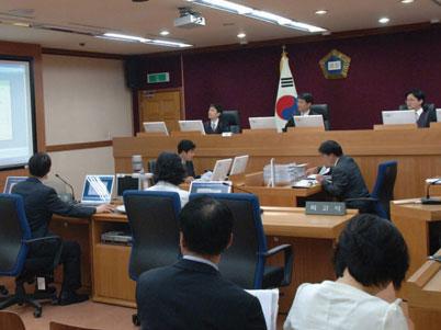 민사 재판이 진행되고 있는 재판장 전경 사진