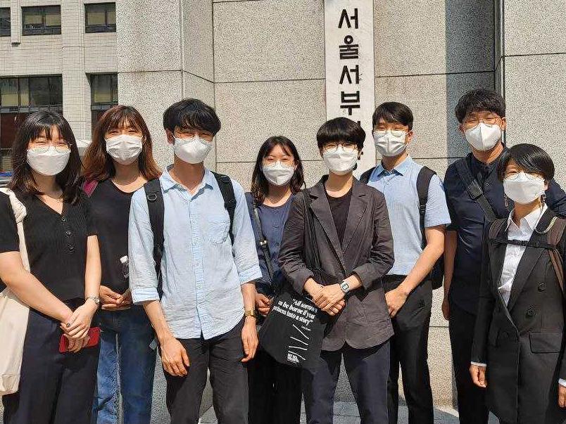 실무수습 참가자들의 법원 앞 단체사진
